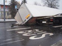 Wypadek tira na Warszawskiej. Na skrzyżowanie wysypało się mięso (zdjęcia)