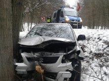Wypadek na Tracku. Pijana kobieta uderzyła w drzewo