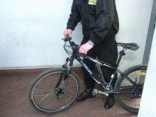 Ukradł rower w centrum Olsztyna. Nagrały go kamery monitoringu (film)