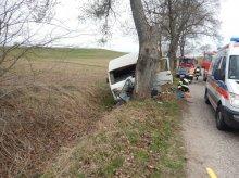 Stracił panowanie nad autem. Uderzył w drzewo