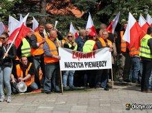 Błąd urzędu pozbawił ich pieniędzy.  Kolejny protest pod olsztyńskim urzędem