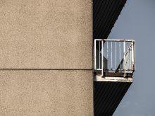 Po balkonie do nieprzytomnego 82-latka