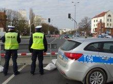 Zamknięta ulica Pieniężnego. Policjanci i strażnicy miejscy czuwają nad bezpieczeństwem