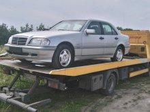 Mercedes bez tablic rejestracyjnych zalegał w centrum. Został usunięty