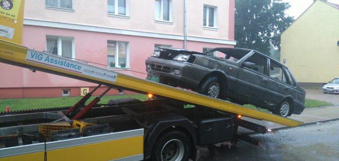 Wrak poloneza usunięty z ulicy Chopina w Olsztynie [FOTO, WIDEO]