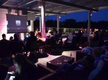 Teatralne kino na tarasie z widokiem na jezioro Ukiel