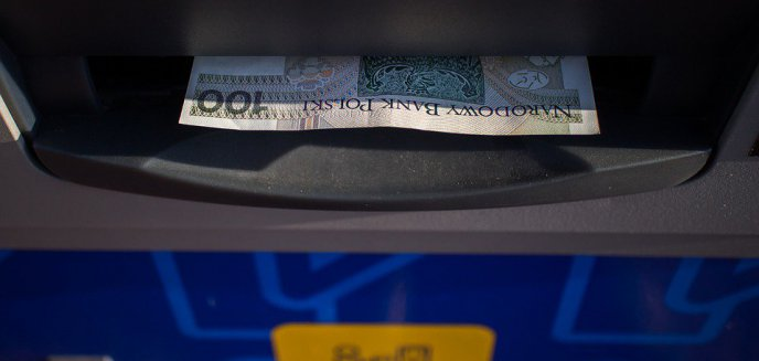 Pieniądze wystawały z olsztyńskiego bankomatu. Wyciągnęła je i zaniosła na policję