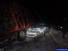 Ciężarówka wpadła w poślizg. Naczepa uderzyła w dwie osobówki
