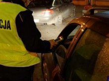 Pijany spychał na pobocze zepsute auto. Za kierownicą siedziała... pijana kobieta
