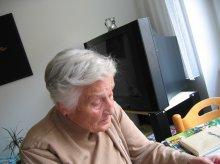 Samotni seniorzy dostaną smartfony. Będą mogli wezwać pomoc