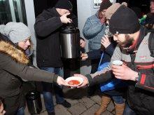 ''Spotkajmy się przy herbacie''. Wolontariusze pomagają ubogim i bezdomnym [ZDJĘCIA]