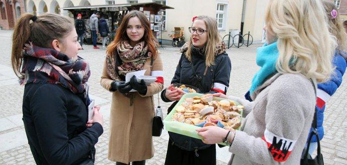 ''Lepiej być damą niż feministką''.  Pikieta antyfeministyczna na olsztyńskiej starówce [ZDJĘCIA]