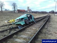Auto wjechało na tory. Zderzyło się z pociągiem