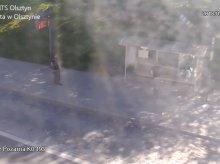 Na ulicy Niepodległości postanowił zmierzyć się z... wiatą przystankową [WIDEO]