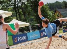 Otwarte akademickie mistrzostwa województwa w piłce ręcznej plażowej. Zagrają na piasku nad jeziorem Ukiel