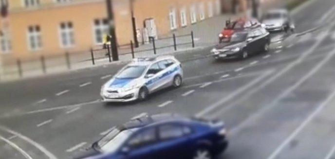 Policjanci eskortowali samochód z rannym nastolatkiem [FILM]