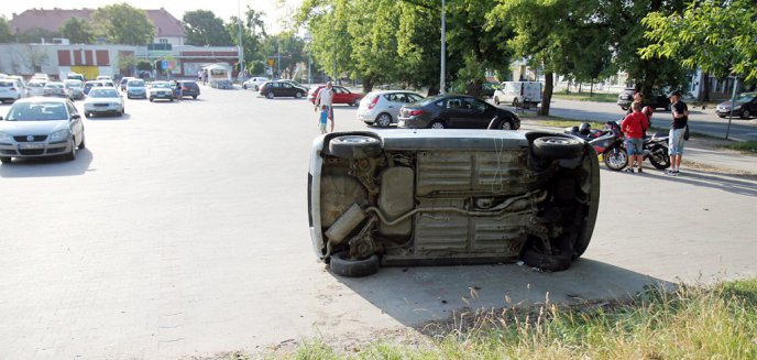 Wrak samochodu niebezpiecznie zalega na parkingu Tesco w Olsztynie [ZDJĘCIA]