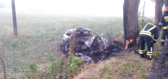 Audi uderzyło w drzewo i spłonęło. Jedna osoba nie żyje