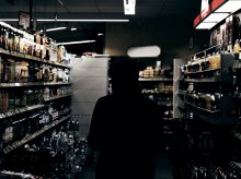 Kradł alkohol i pił go w sklepie. Teraz będzie się tłumaczył przed sądem