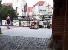 Uliczny wirtuoz gitary odwiedził Olsztyn. Zagrał pod Wysoką Bramą [FILM]