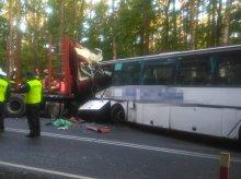 Autobus szkolny zderzył się z TIR-em. Dwie osoby nie żyją [ZDJĘCIA]