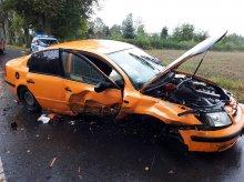 Volkswagen uderzył w dwa drzewa. Ranne dwie osoby, w tym 5-letnie dziecko