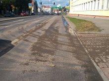 Zabłocenie jezdni na ulicy Niepodległości. Nie obyło się bez mandatu