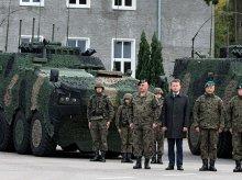 Szef MON w Elblągu. Przekazał Wielonarodowej Dywizji nowe wozy dowodzenia