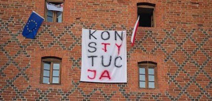 Transparent z napisem ''Konstytucja'' zawisł na Wysokiej Bramie