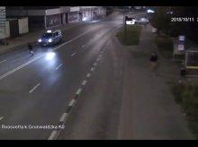 Pijany wbiegł na jezdnię wprost przed... radiowóz [WIDEO]
