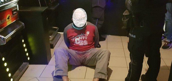 Groził bronią funkcjonariuszowi, który wszedł do lokalu z automatami