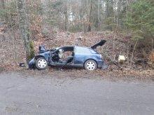 Stracił panowanie nad autem i uderzył w drzewo