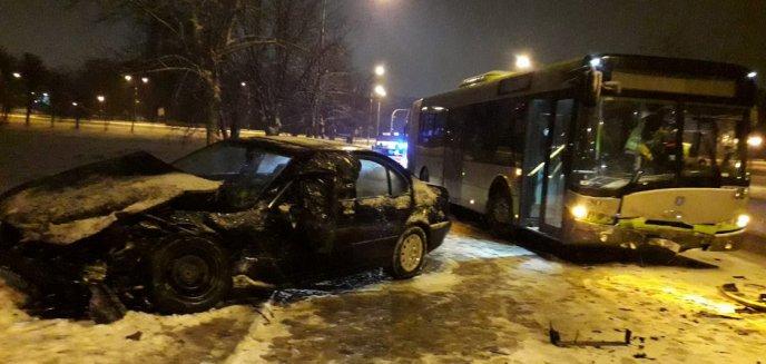 22-latek w BMW zderzył się czołowo z autobusem MPK [ZDJĘCIA, WIDEO]