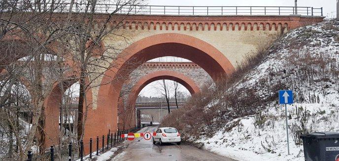 Miasto zamknęło przejazd pod wiaduktami kolejowymi. Piesi i kierowcy jakby tego nie widzą... [ZDJĘCIA, AKTUALIZACJA]