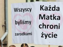 Rozwieszali plakaty przedstawiające zakrwawione płody. Olsztyński sąd uznał, że nie było to gorszące