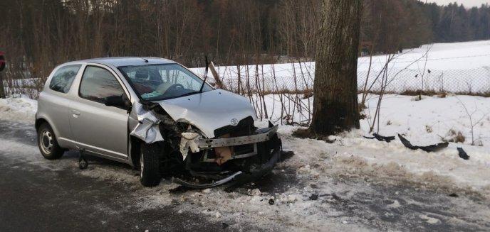 Toyotą uderzyła w drzewo. W szpitalu 14-letni chłopiec