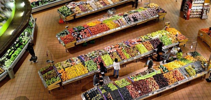 Chcieli ukraść z marketu na Jarotach alkohol i jedzenie o wartości 1700 zł