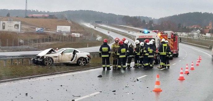 Kolizja pod Olsztynem. 42-letni kierowca mercedesa uderzył  w barierę energochłonną [WIDEO]