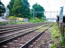Remont linii na trasie Działdowo-Olsztyn na zaawansowanym etapie. Specjalna maszyna wymienia tory