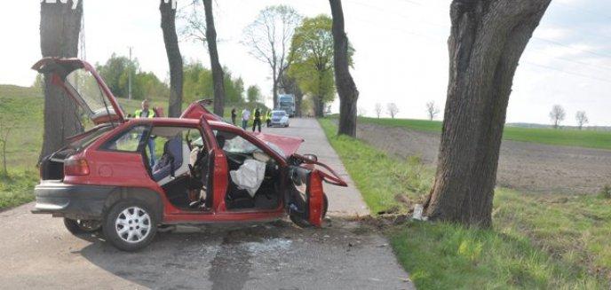 Samochód uderzył w przydrożne drzewo. Cztery osoby trafiły do szpitala