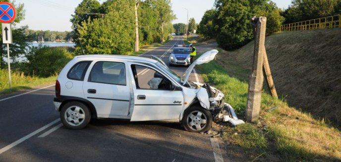 Artykuł: Auto uderzyło w słup. Kierowca zniknął