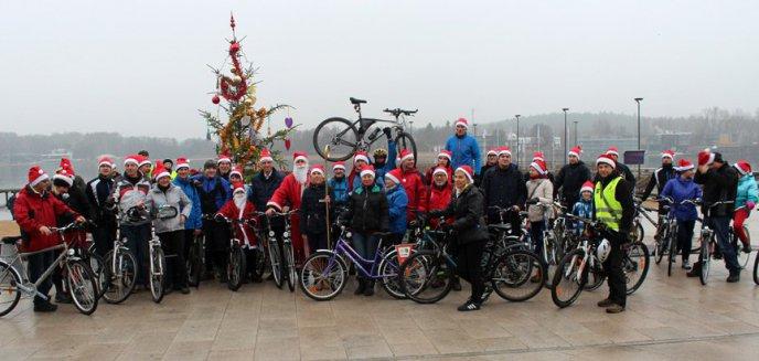 Artykuł: Mikołaje na rowerach nad jeziorem Ukiel (zdjęcia)
