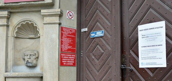 Artykuł: Plakat na drzwiach ratusza. ''Chcemy większej jawności w Olsztynie''