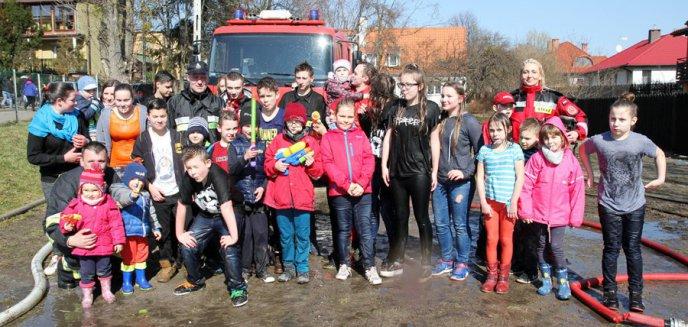 Artykuł: Strażacy z Gutkowa oblewali wodą w lany poniedziałek [ZDJĘCIA]
