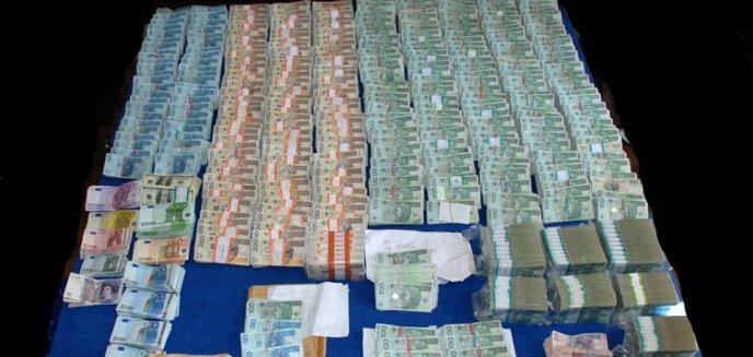 Artykuł: Wyłudzili 23 mln złotych VAT-u. Zatrzymany miał w domu 13 mln złotych w gotówce!