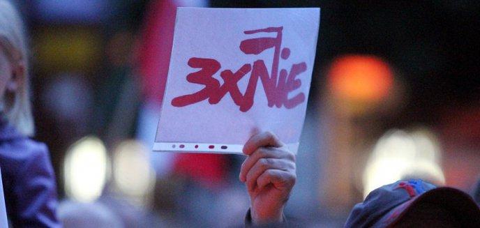 Artykuł: Nie będzie kary za przyklejenie plakatów na budynku biura PiS-u. ''Obywatele mają prawo do krytyki''