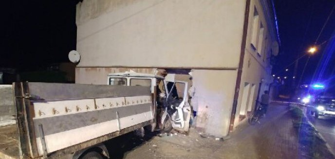 Artykuł: Auto wjechało w budynek mieszkalny. W samochodzie - dwaj kompletnie pijani mężczyźni