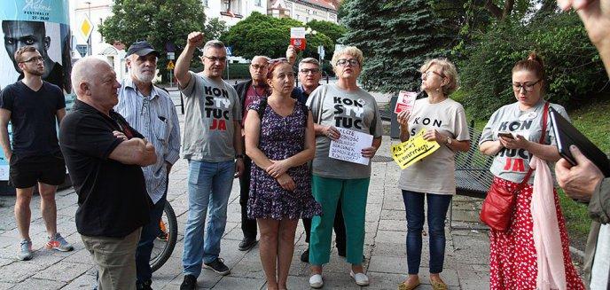 Artykuł: KOD wznowił protesty przed olsztyńskim sądem [ZDJĘCIA]