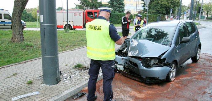 Uderzył w latarnię przy ulicy Żołnierskiej w Olsztynie [ZDJĘCIA]