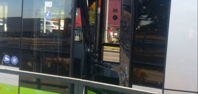 Artykuł: Volkswagen zderzył się z tramwajem. Utrudnienia na ulicy Tuwima [ZDJĘCIA]